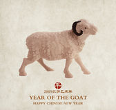 Recuerdo de cerámica de la cabra en el papel rojo Imágenes de archivo libres de regalías