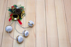 Recuerdo de la Navidad con las campanas amarillas y las bolas blancas Imágenes de archivo libres de regalías