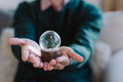 Recuerdo del ` s del Año Nuevo Un pequeño abeto en una esfera transparente Imagen de archivo