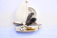 Recuerdo del ` s de Sagre: barco de vela con una gaviota portugal Fotografía de archivo