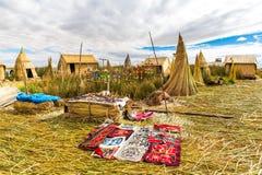 Recuerdo en el lago flotante Titicaca de las islas, Perú, Suramérica. Tienda de la calle con la manta colorida, bufanda, paño, pon Imagen de archivo