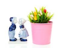 Recuerdo holandés típico en tulipanes azules y plásticos de la cerámica de Delft en bucke Imagenes de archivo