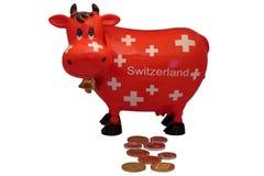 Recuerdo rojo tradicional de la vaca de la caja suiza de los ahorros Imagenes de archivo