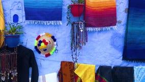 Recuerdos coloridos del Medina azul de la ciudad Chefchaouen en Marruecos almacen de video