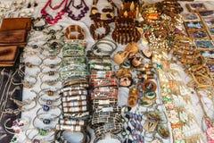 Recuerdos de Cuba en mercado del turista de la calle imagen de archivo