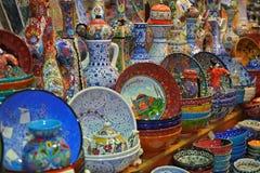 Recuerdos de la porcelana del bazar magnífico de Estambul Imagen de archivo libre de regalías