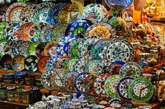 Recuerdos de la porcelana del bazar magnífico de Estambul Foto de archivo