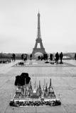 Recuerdos de la torre Eiffel con la torre en fondo Fotos de archivo libres de regalías