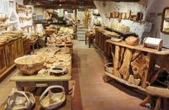 Recuerdos de madera de la tienda en el pueblo TOURRETTES-SUR-LOUP, FRANCIA Fotografía de archivo libre de regalías