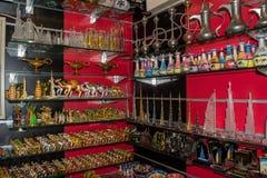 Recuerdos en estantes en la tienda en Dubai Fotografía de archivo libre de regalías