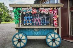 Recuerdos en un carro de madera para la venta en el parque temático de Efteling Imagen de archivo