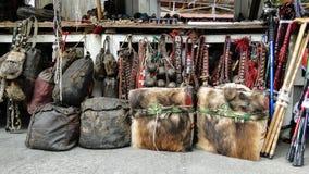 Recuerdos joyería y artesanía en el mercado de pulgas Imagen de archivo