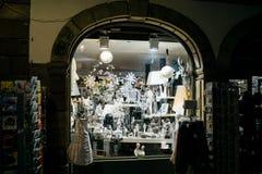 Recuerdos múltiples en ventana de tienda del deco de Estrasburgo Foto de archivo