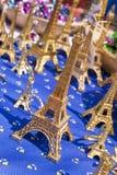 Recuerdos miniatura de la torre Eiffel, París, franco Fotos de archivo