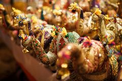 Recuerdos multicolores de los elefantes de diversos colores con su tronco para arriba, juguetes del elefante en el mercado indio fotos de archivo