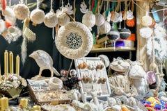 Recuerdos y accesorios hechos a mano de lino en el mercado de la Navidad de Riga Imagenes de archivo