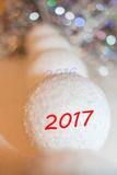 Recul dans la rangée de distance des boules de neige et du lette décoratifs Photographie stock libre de droits