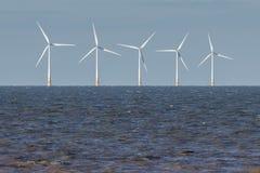 RECULVER, ENGLAND/UK - 10. DEZEMBER: Windkraftanlagen weg vom Ufer an Lizenzfreie Stockfotografie