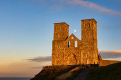 RECULVER, KENT/UK - DECEMBER 10 : Remains of Reculver church tow. Ers bathed in late afternoon sunshine in Reculver on December 10, 2008 Stock Image