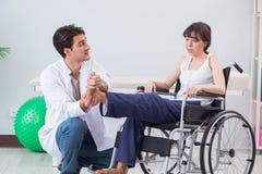 A recuperação paciente no hospital após o traumatismo de ferimento Foto de Stock