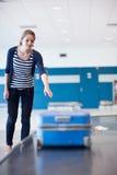 Recuperación de bagaje en el aeropuerto Imagen de archivo libre de regalías