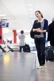 Recuperación de bagaje en el aeropuerto Fotos de archivo