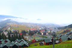 Recurso de Bukovel com teleférico e casas bonitas nas montanhas Carpathian Imagens de Stock Royalty Free