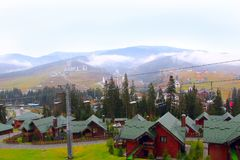 Recurso de Bukovel com teleférico e casas bonitas nas montanhas Carpathian Foto de Stock Royalty Free
