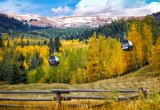Recurso de Colorado com elevadores de esqui no verão imagem de stock