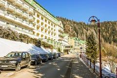Recurso de esqui Semmering, Áustria Estrada perto do hotel de luxo em cumes austríacos Cenário idílico da montanha do país das ma foto de stock
