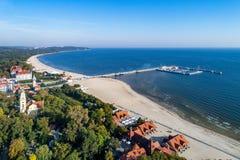 Recurso de Sopot com cais e praia, Polônia Silhueta do homem de negócio Cowering Foto de Stock Royalty Free