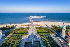 Recurso de Sopot no Polônia com cais, praia e o farol velho Imagens de Stock Royalty Free