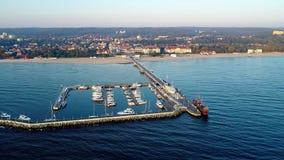 Recurso de Sopot, Polônia Cais de madeira com porto Vídeo aéreo filme
