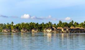 Recurso luxuoso do bungalow do telhado cobrido com sapê do overwater fotografia de stock royalty free