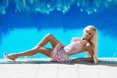recurso Mujer hermosa del modelo del encanto de la moda con hai ondulado largo Foto de archivo libre de regalías