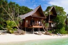 Recurso tropical bonito com bungalows de madeira foto de stock