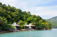 Recurso tropical com bulgalows no litoral da ilha de Koh Chang, Tailândia imagem de stock royalty free