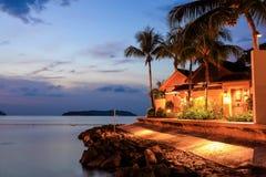 Recurso tropical com um mar azul e palmeiras na noite Fotos de Stock Royalty Free