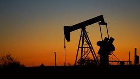Recursos de Jack Fracking Machine Drills Pumps da bomba do campo petrolífero vídeos de arquivo