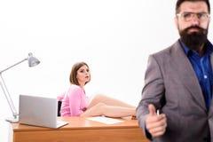 Recursos humanos para o negócio Gerente dos recursos humanos após a entrevista de trabalho Entrevistador 'sexy' com o candidato e imagem de stock