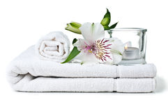 Recursos para el balneario, la toalla blanca, la vela y la flor Fotos de archivo