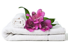 Recursos para el balneario, la toalla blanca y la flor Fotografía de archivo