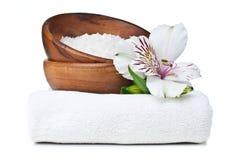 Recursos para el balneario, la toalla blanca, y las flores Imagen de archivo libre de regalías