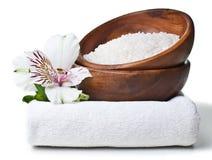 Recursos para el balneario, toalla blanca, sal aromática Imagen de archivo libre de regalías