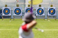 Recurve pilbågebågskytte på mål Fotografering för Bildbyråer