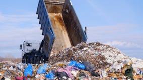 Recusa que recolhe o caminhão que descarrega o lixo dump 4K vídeos de arquivo