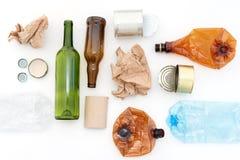 Recyclable odpady, zasoby Czyści szkło, papier, klingeryt i metal na białym tle, Przetwarzający, reuse, śmieciarski usuwanie, res fotografia stock