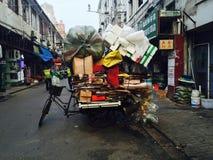 Recyclables a chargé sur la bicyclette photographie stock libre de droits
