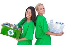 拿着箱子recyclables和常设b的Enivromental活动家 免版税库存图片