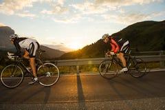 Recyclage debout de course d'en descendant-concurrent de vélo Photographie stock libre de droits
